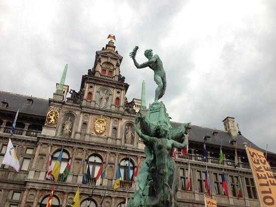 Grote Markt van Antwerpen: City Hall, and statue depicting the legend of the city's origins