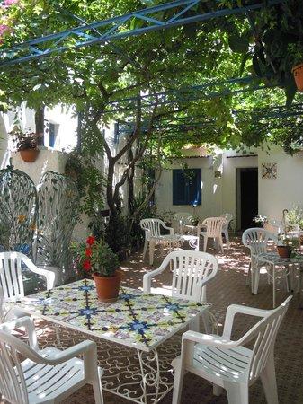Hotel Torre di Milo: Piccolo giardino interno