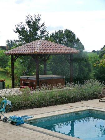 Ferme de Lagrave : Jacuzzi & pool