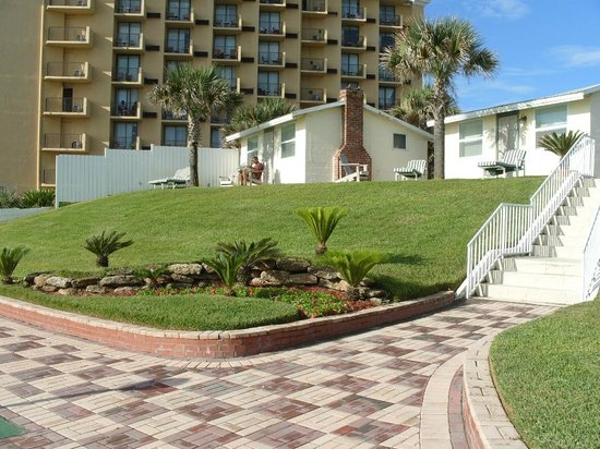 Shoreline All Suites Inn & Cabana Colony Cottages: Nice new paving & landscaping