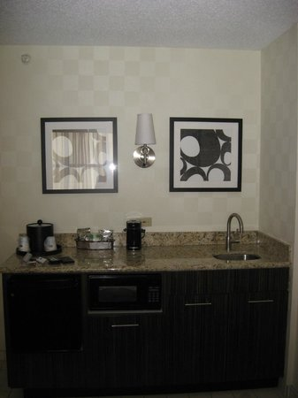 Hampton Inn & Suites Chicago - Downtown: Wet bar area (sink, fridge, microwave)