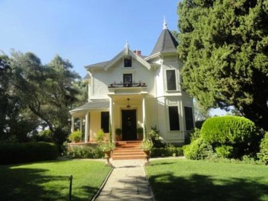 Park Winters: The front of the house. Note small balcony for the Fountain room over the front door.