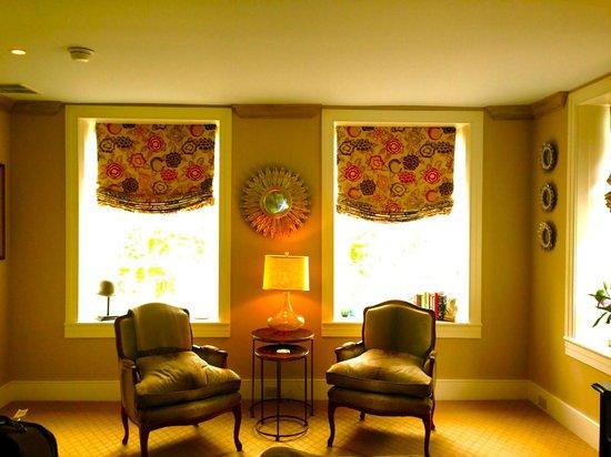 Golden Pheasant Inn: Sitting Area of Delaware Room
