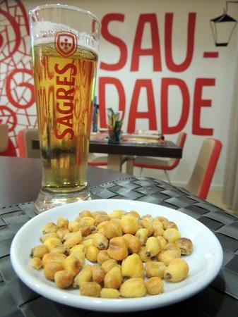 Ibis Lisboa Liberdade: O delicioso milho frito do Ibis com chop Sagres