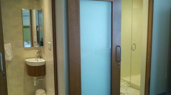 SpringHill Suites Cincinnati Airport South: Bathroom - split in 2, with 2 sinks