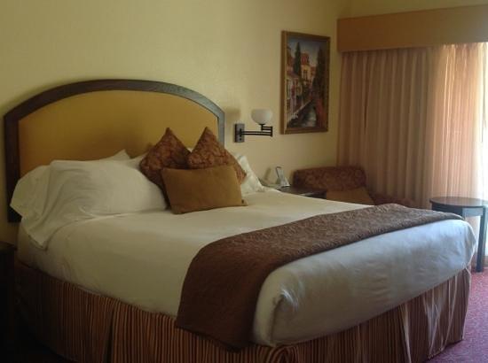 Best Western Dry Creek Inn: Comfortable King bed in Tuscan room