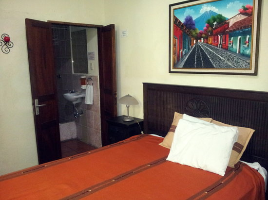 Hostal Antigua: private bedroom with bathroom
