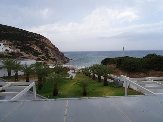 Golden Milos Beach Hotel: view from the rooms at the milos golgen beach hotel