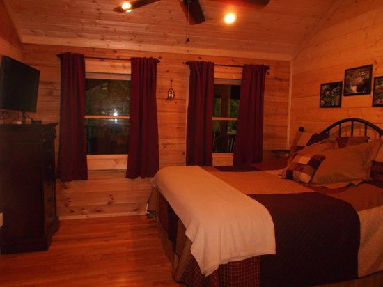 Little Valley Mountain Resort : Sweet Sensations Cabin - Bedroom