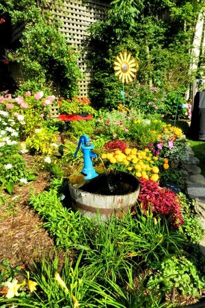 Homestead Inn: Just a few of the wonderful flowers on the grounds.