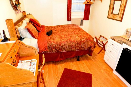 Homestead Inn: Our clean, comfy room.