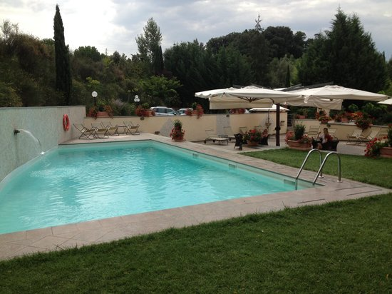 Hotel La Colonna: Lovely pool and seating area