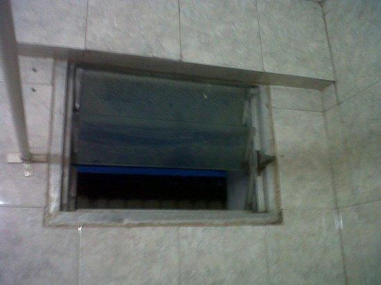 Hotel Plaza: Faltante del vidrio del baño