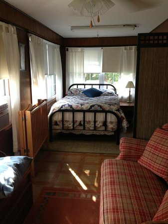Creekside Cabins: One of the full beds (2 full beds in long room downstairs)