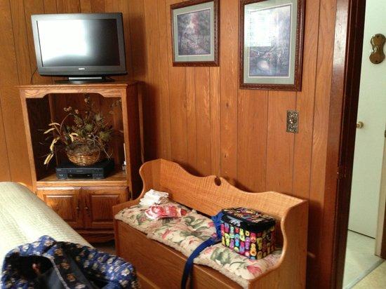 Creekside Cabins: King Bedroom