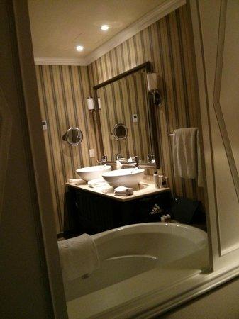 Oak Bay Beach Hotel: Double sinks