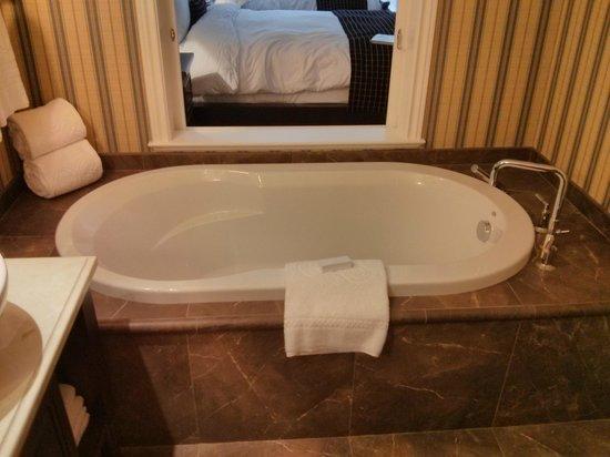 Oak Bay Beach Hotel: Tub-sliding doors opened to room