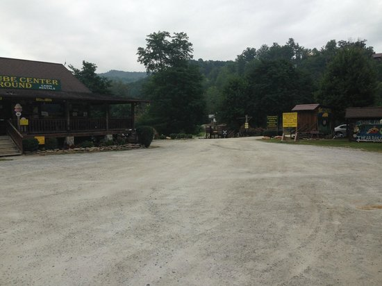 Creekside Cabins: Driveway from deep creek tube center and campground