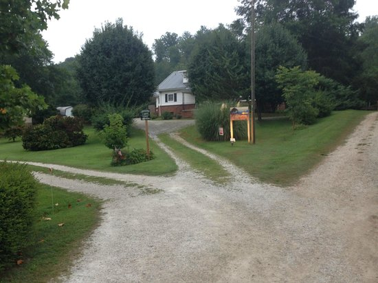 Creekside Cabins: Driveway to house
