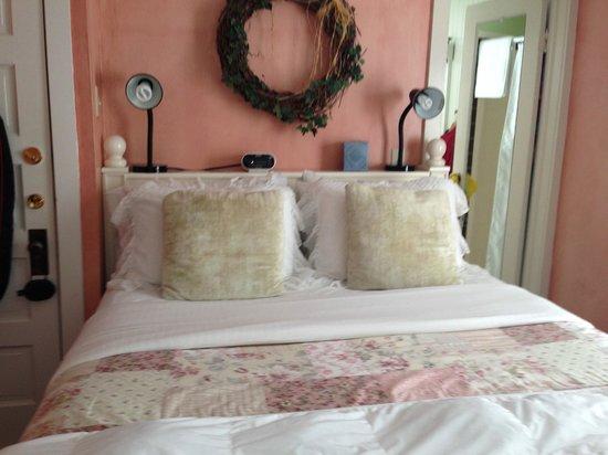 Ten Inverness Way: Bed/bath