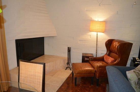 Sanctuary Camelback Mountain: Mountain Suite - fireplace
