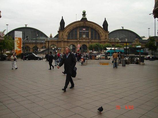 Frankfurt Hostel: estação em frente ao hostel !