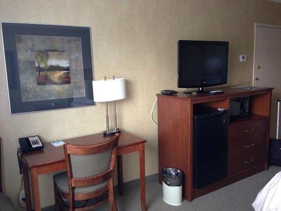 Days Inn & Suites Brandon: Bedroom view from corner chair
