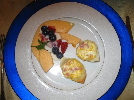 Lovelace Manor Bed and Breakfast : Mini Ham & Cheese Quiche with Fresh Fruit Appetizer