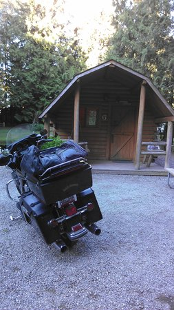 Lynden / Bellingham KOA: Our bike in front of the Kamper Kabin!