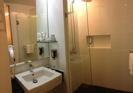 CityPoint Hotel: Another view of the bathroom