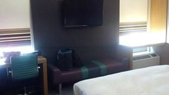 Hotel Modern Winchester: TV, desk and lounge area
