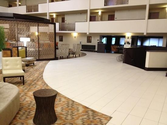 DoubleTree by Hilton Hotel Montgomery Downtown: Bar & Lobby