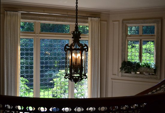 Pittock Mansion: the foyer