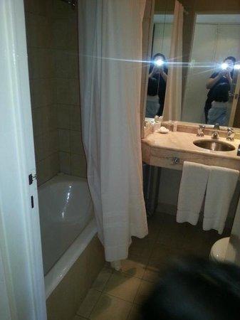 Loi Suites Arenales Hotel: Banheiro, com a cortina
