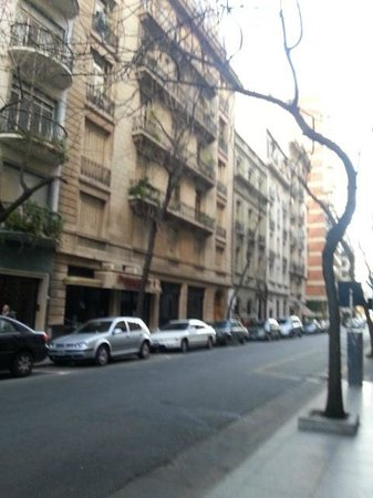 Loi Suites Arenales Hotel: Rua em que fica situad o hotel. Arenales.