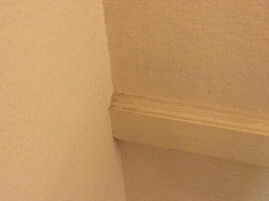 Red Roof Inn Houston East: dust piles on walls