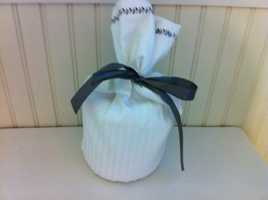 Meadowood Napa Valley: Extra roll of TP with a bow around it!!!
