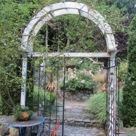 The Rosehill Manor: Entrance to the Garden.