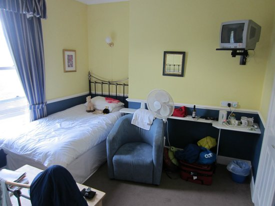 Newport Guest House: Single bed added for our child.