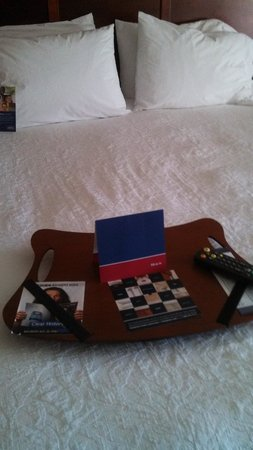 Hampton Inn Brookfield: Bed- another nice touch