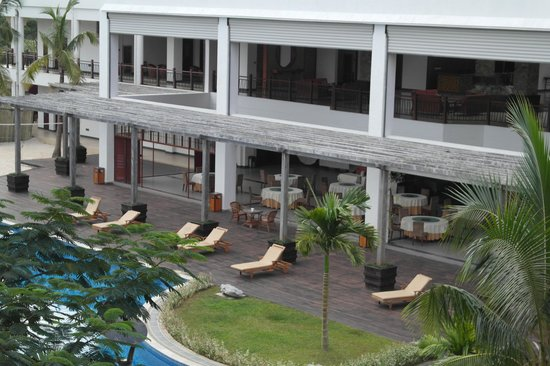 Manhao Hotel: Restaurant area overlooking the pool