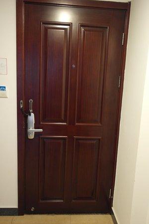 Manhao Hotel: Nice wooden doors