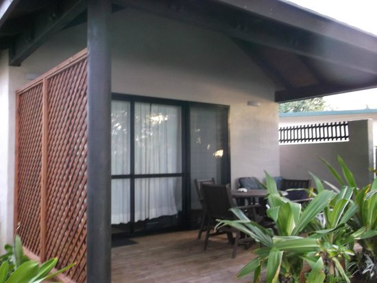 Muri Beach Resort: View onto deck