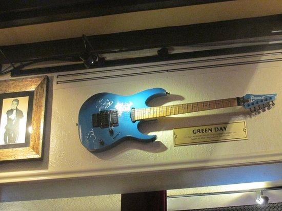 green day guitar picture of hard rock cafe washington dc tripadvisor. Black Bedroom Furniture Sets. Home Design Ideas