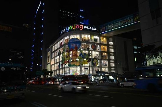 ibis Ambassador Seoul Myeongdong: Young Plaza next to this hotel