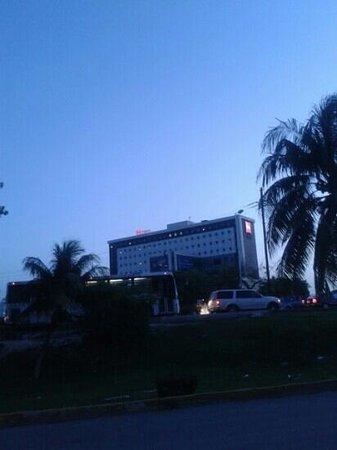 ibis Cancun Centro: vista desde Plaza Las Américas