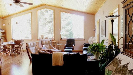Glacier Creek Lodge: Living area/dining space - lots of sunlight and gorgeous views