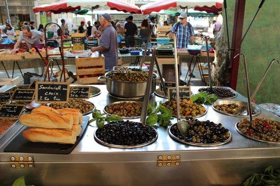 Vieil Aix : Outdoor market at Aix-en-Provence - olives