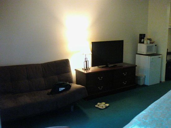 Chalet Continental Motel: Room Couch & TV
