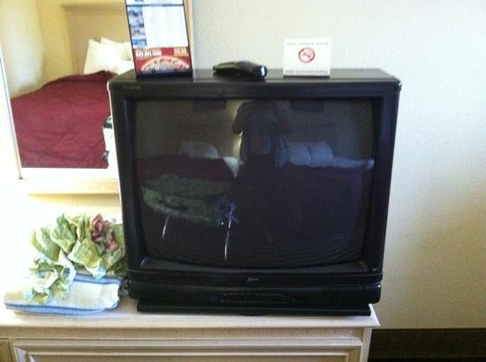 Rodeway Inn : tv and 2 drawer dresser